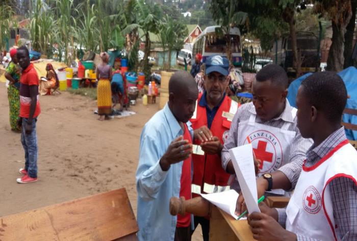 Volontaires de la branche de Kagera de la Croix-Rouge tanzienne font l'évaluation des impacts du tremblement de terre à Bukaba © TRCS