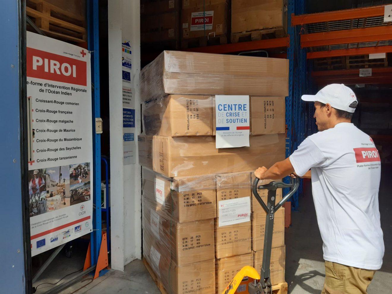 Chargement des conteneurs avant leur transport vers Madagascar